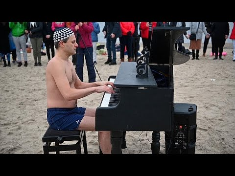 شاهد: العزف على البيانو بلباس البحر لجمع تبرعات من أجل إجراء عملية لموسيقي شاب …  - نشر قبل 3 ساعة