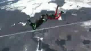 Парень с девушкой прыгают с парашютом