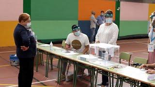 La participación en Galicia crece cuatro puntos y en Euskadi cae un 1,3%