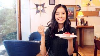 ノンノモデル新木優子ちゃん、ケーキがおいしくて思わずフォークから手...