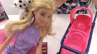 Видео для девочек. Зачем Барби детская коляска?