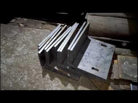 Гибка деталей из листа толщиной 10 мм на листогибочном станке.