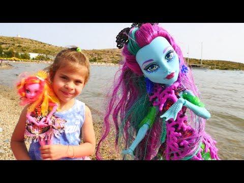Видео для девочек - Монстер Хай: Поси Риф и Гулиопа знакомятся на пляже