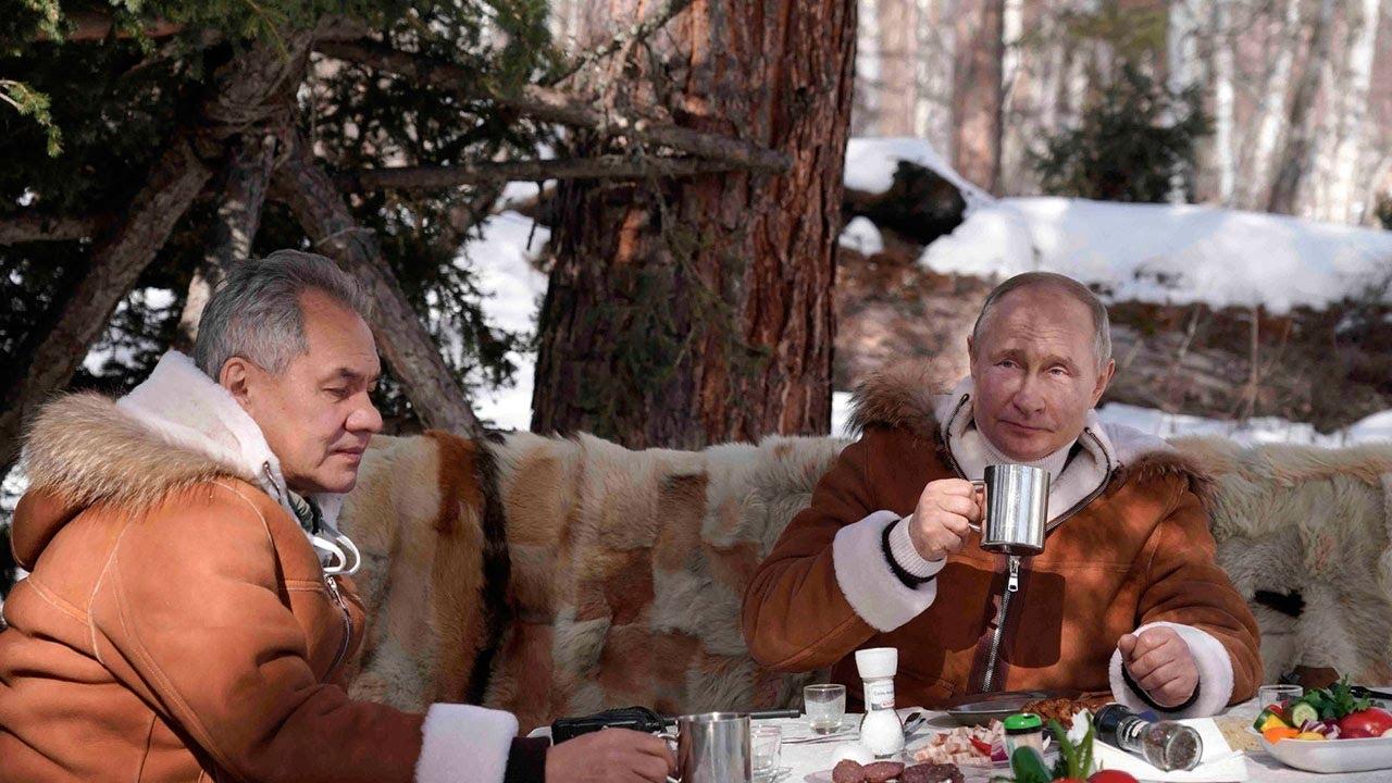 Владимир Путин и Сергей Шойгу на отдыхе в таежном лесу