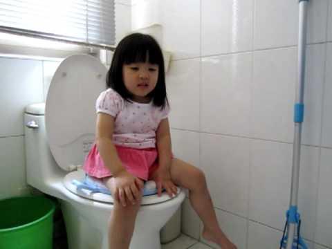 100601Angel成功的坐在馬桶尿尿耶(2歲9個月)