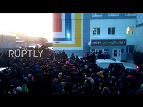 Russia: 2,000 protesters clash with police at migration centre in Tomsk