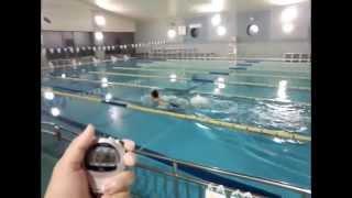 スイミング歴16年、コーチ歴6年目の高橋の特技である、犬かき25mを泳ぐ...