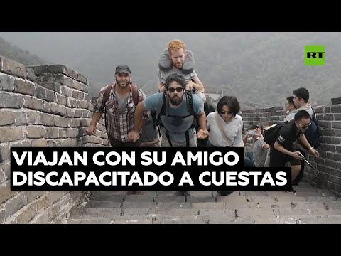 Un hombre discapacitado viaja por el mundo en las espaldas de sus amigos | @RT Play en Español