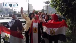بالفيديو : سيدة ترتدى جلباب على شكل علم مصر فى ميدان التحرير