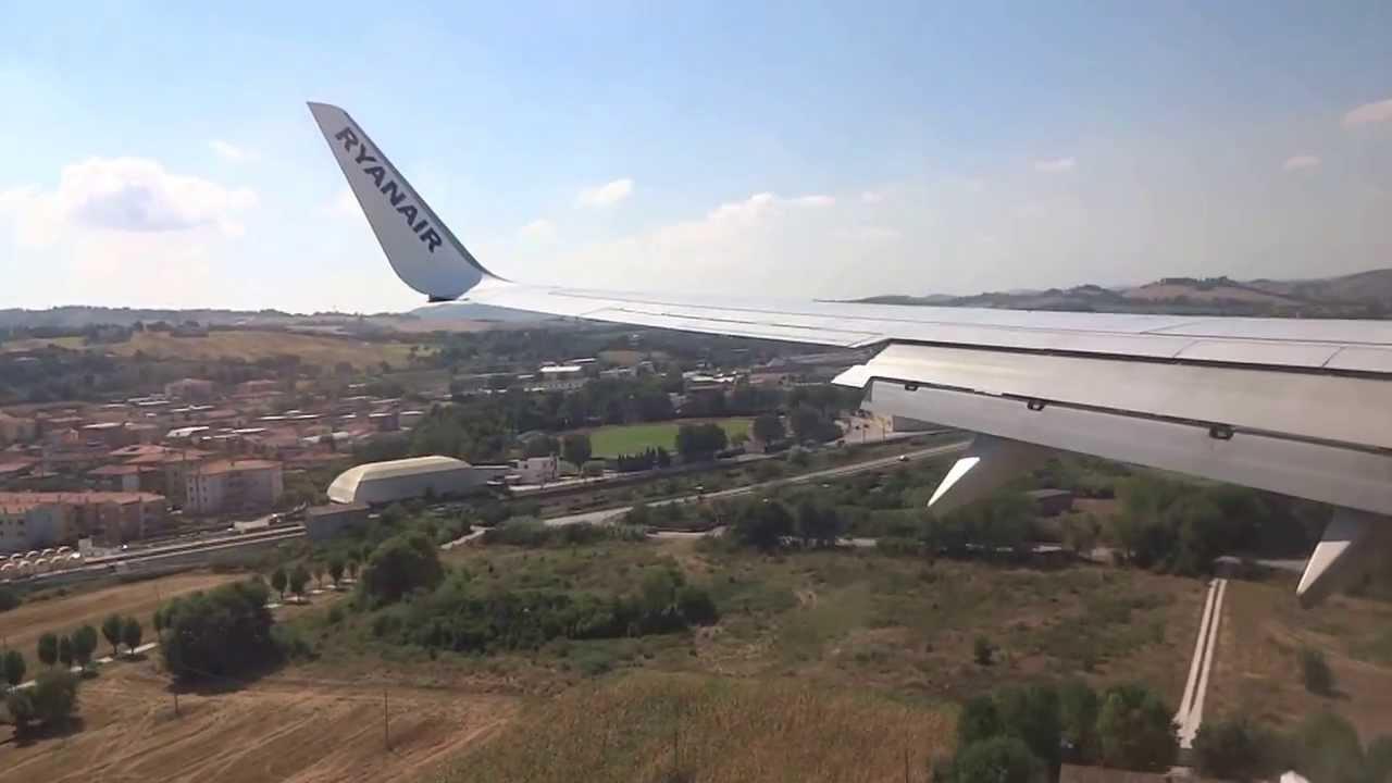 Aereo Privato Ancona : Atterraggio aereo ryanair all aereoporto di falconara