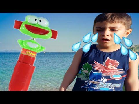Çınar Efe Cosby Oyuncaklı Şekeri Denize Attı Arkadaşlarıyla Paylaşamadı | Eğlenceli Çocuk Videosu