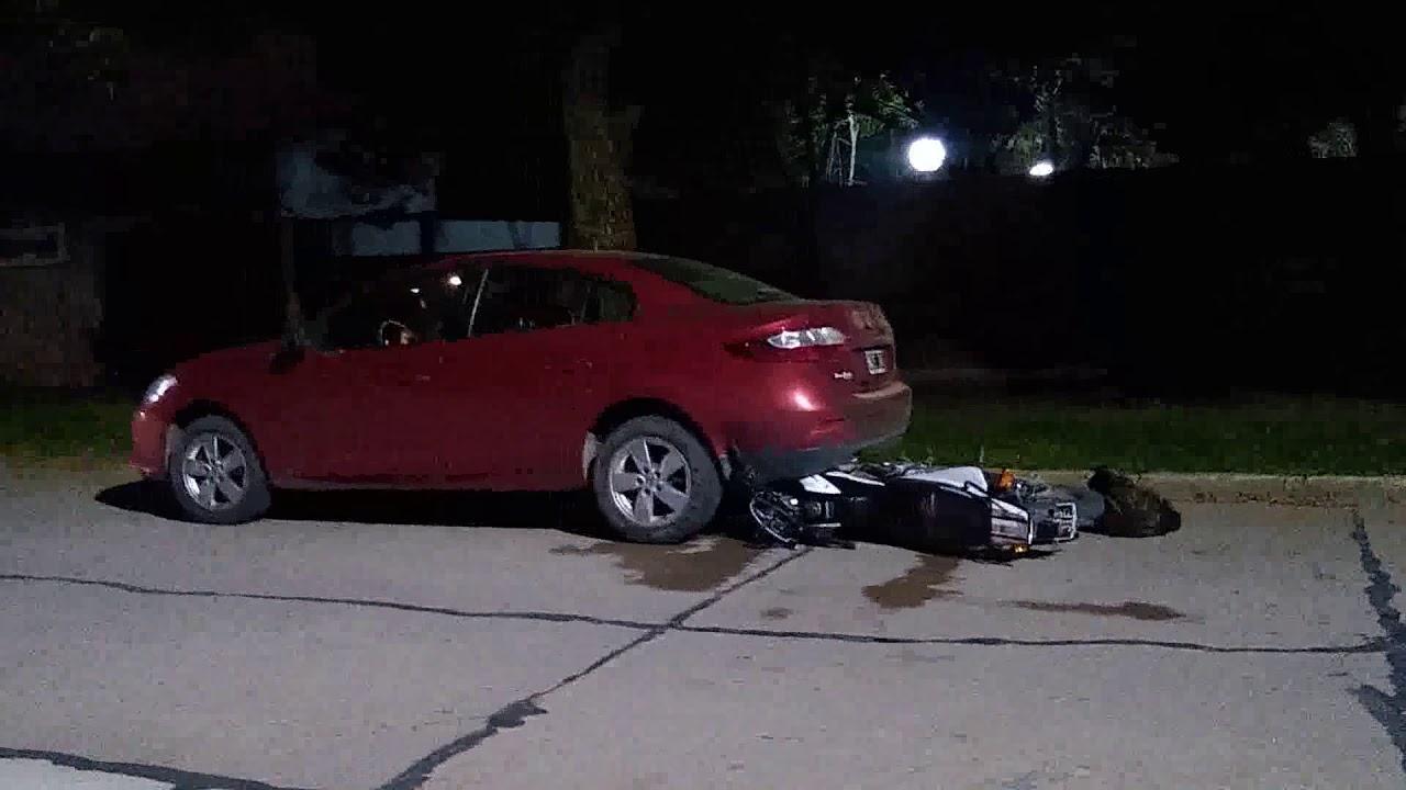 Una moto terminó debajo de un auto