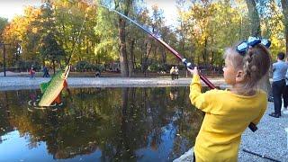 ВЛОГ Ярослава ловит рыбу - Прогулка в парке - Видео для детей | Tiki Taki Kids