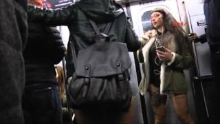 New York metrosunda yarı çıplak eylem