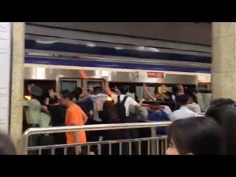 Beijing: pushing train to rescue trapped subway passenger