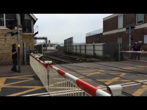 (720p) Lincoln Central Level Crossing (11/05/16)