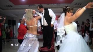 Dansatoare surpriza la nunta...