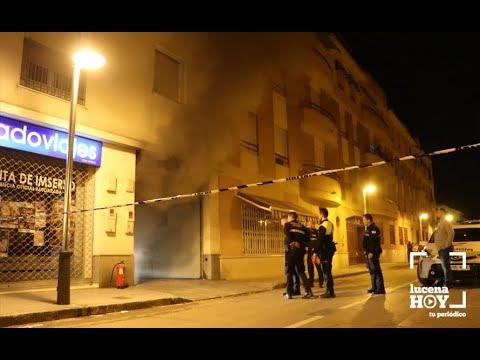 VÍDEO: Un hombre resulta herido por inhalación de humo en el incendio de una cochera en Lucena