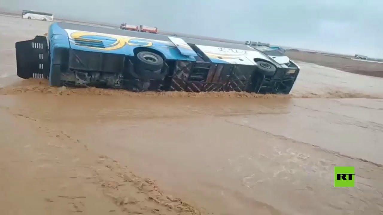 السيول في مصر تجرف عدداً من السيارات والشاحنات