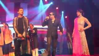 Mika Singh performing with Priyanka Chopra & Yo Yo Honey Singh