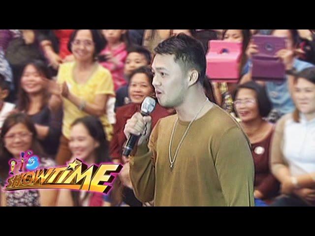 It's Showtime: Richard sings for Pastillas Girl