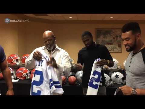 Emmitt Smith talks to Cowboys Brown and Jackson