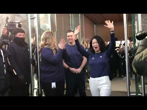 FIRST CUSTOMER AT 500th APPLE STORE also S.Korea's first apple store