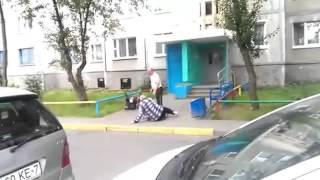 Пьяные пожилые мужчины дерутся возле подъезда