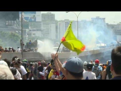 Opositores y militares se enfrentan en nueva marcha en Venezuela