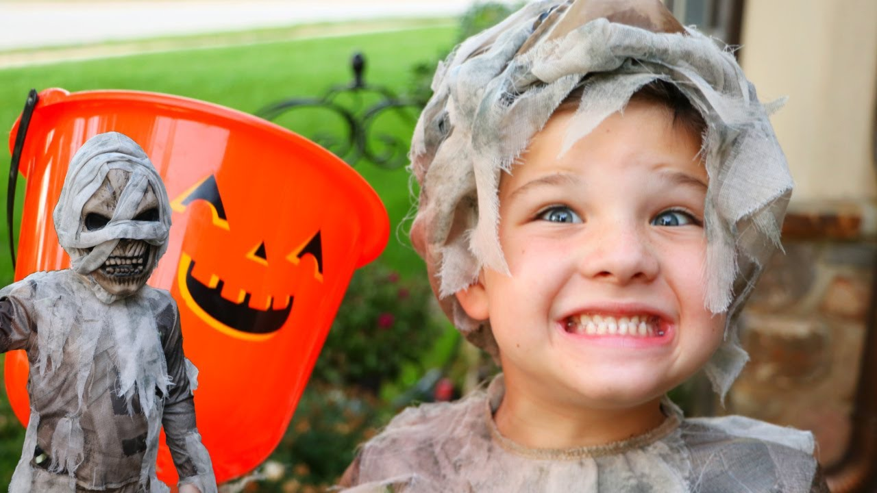 TRICK or TREAT for HALLOWEEN CANDY ! Caleb Pretend PLAY Scavenger Hunt in Spooky COSTUMES with MOM!