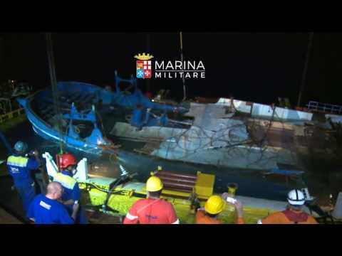 Marina Militare - Emersione peschereccio affondato il 18 aprile 2015