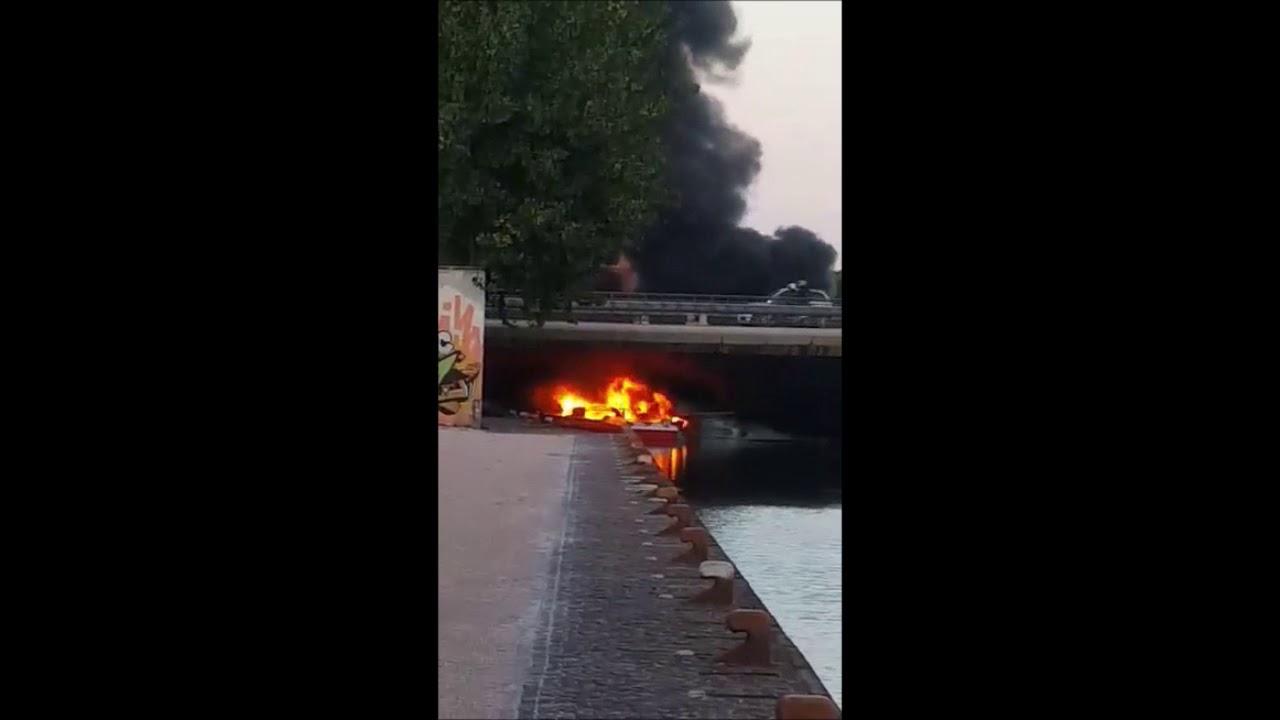 Imbarcazioni a fuoco sotto il ponte dei Mille