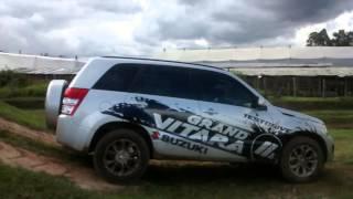 Suzuki Grand Vitara 4X4 en acción(Prueba de las capacidades off road de esta SUV en la pista 4X4 del Grupo Casa Britanica en Rionegro, Antioquia., 2015-01-22T15:49:38.000Z)