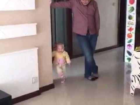 bayi ini lucu meniru gaya orang tuanya