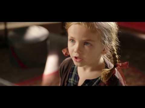 Новогодняя реклама Сбербанка - девушка и бусы