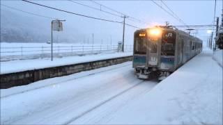 信濃木崎駅ホームに入ってくる南小谷行き普通列車