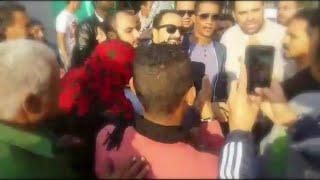 بالفيديو- الجمهور يلتف حول محمد رمضان في كواليس