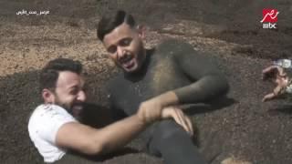 """بعد إكتشاف المقلب.. أحمد فهمي """"يرمي"""" رامز فى الرمال المتحركة فى رامز تحت الأرض"""