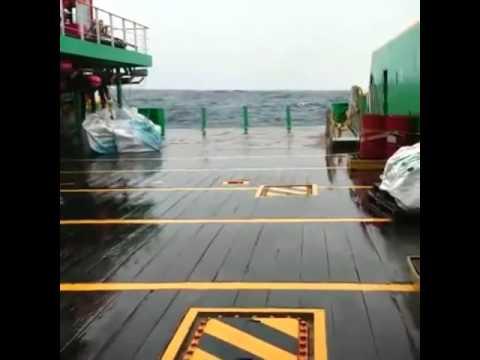 Embarcação offshore em mar agitado.