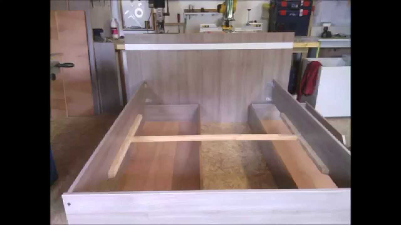 fabrication d 39 un lit moderne en m lamin ch ne brun build a modern bed part 1 youtube. Black Bedroom Furniture Sets. Home Design Ideas