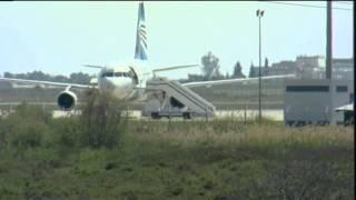 أحد رهائن الطائرة المصرية يقفز من  نافذة  قمرة القيادة