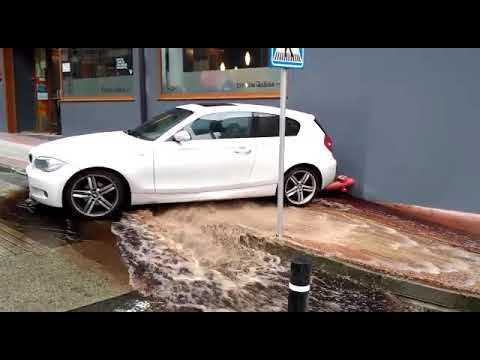Un vehículo provoca daños en la red de agua en Cambre