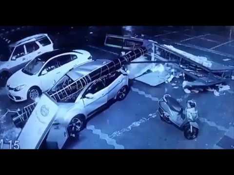 Ad pole falls on Tata Nexon - Passengers safe