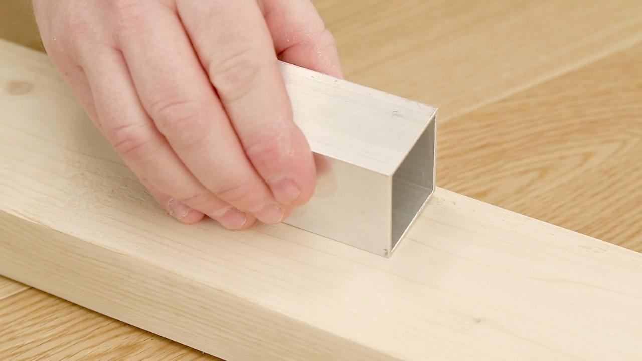 Met knottec noestenvuller een scheur in een onbewerkte houten