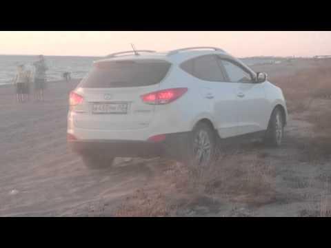 Кроссовер паркетник Hyundai IX 35 Tucson IX off road in the sand на пляжном бездорожье на песке