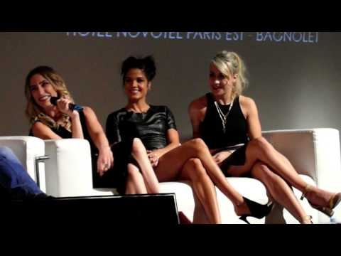 Jessica Harmon, Marie Avgeropoulos ans Chelsey Reist at the Space Walkers convention