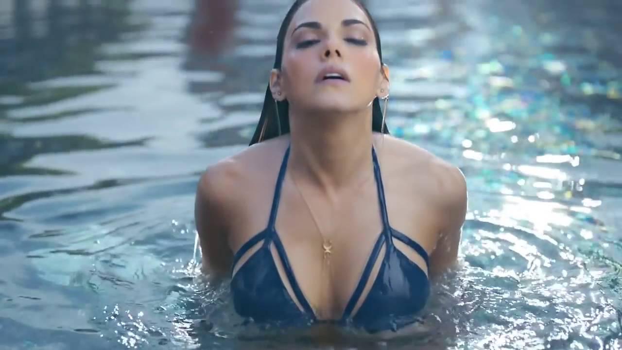 Comercial ruffles 2016 mexico livia brito bikini azul for Bikini piscina