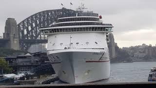 Ngắm nhà hát con sò Sydney từ trạm tàu điện Circular Quay