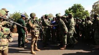 Des soldats sénégalais par des vivats en Gambie