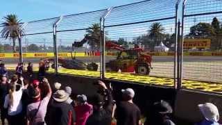 Удаление машины Кевина Магнусена после аварии на ГранПри Австралии 2015 (2 практика) Formula 1(Любительское видео как увозят МакЛарен Кевина Магнусена после аварии на ГранПри Австралии 2015 (2 практика)., 2015-03-14T08:29:02.000Z)